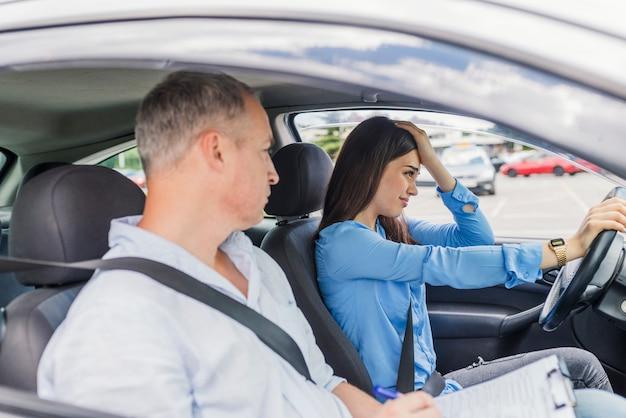 Kobieta nie zdała egzaminu na prawo jazdy. kierowca ucznia zdający egzamin na prawo jazdy