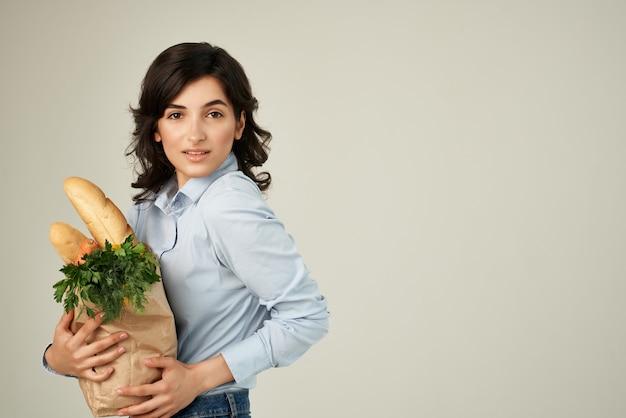 Kobieta niebieskie koszule pakiet artykułów spożywczych zakupy w supermarkecie. zdjęcie wysokiej jakości