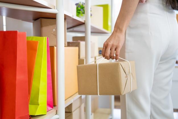 Kobieta niesie pocztowego pudełka zakończenie up, nowożytny zakupy online i handlu elektronicznego pojęcie.