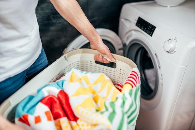 Kobieta niosąca kosz prania