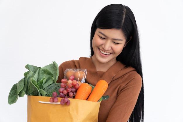 Kobieta niosąca papierową torbę na zakupy