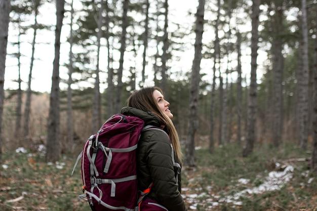 Kobieta niosąca plecak średni strzał