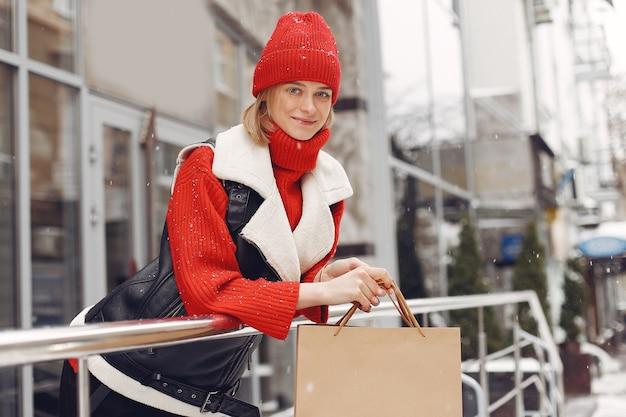 Kobieta niosąca torby na zakupy w centrum handlowym na świeżym powietrzu