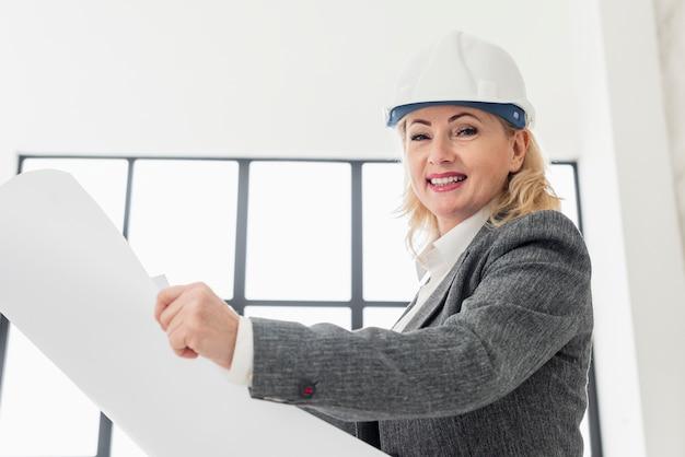 Kobieta niski kąt pracy