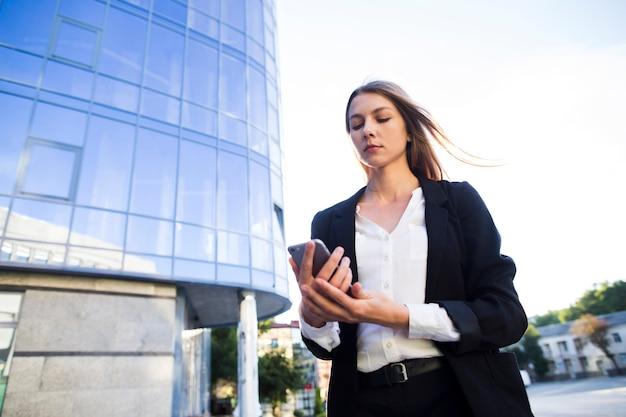 Kobieta niski kąt strzału za pomocą telefonu