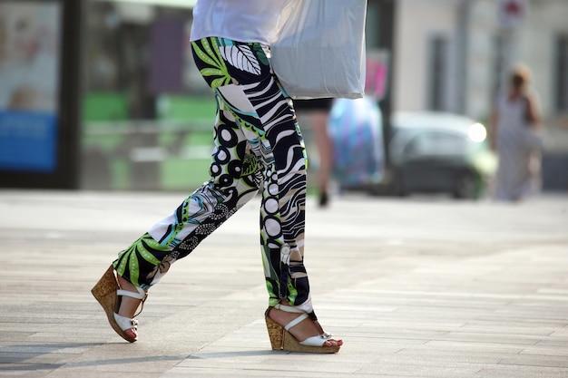 Kobieta nogi spaceru na placu miasta