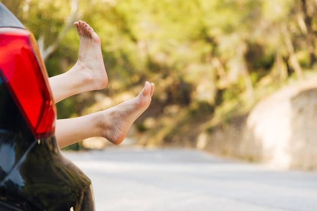 Kobieta nogi z bagażnika samochodu