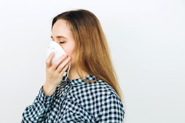 Kobieta nosi maskę na białym tle. leki ochronne przed koronawirusem. epidemia covid 2019.