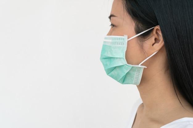 Kobieta nosi maskę na twarz, która chroni przed rozprzestrzenianiem się koronawirusa