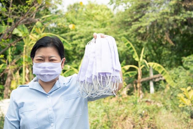 Kobieta nosi maskę ochrony epidemicznej grypy covid19