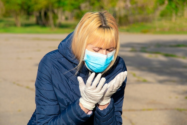 Kobieta nosi maskę podczas wybuchu wirusa korony i wybuchu grypy. kaszel pacjenta