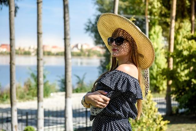 Kobieta nosi niebieską sukienkę w letnim ogrodzie, styl życia
