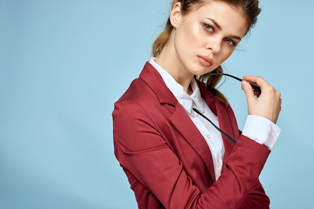 Kobieta nosi okulary i czerwoną kurtkę