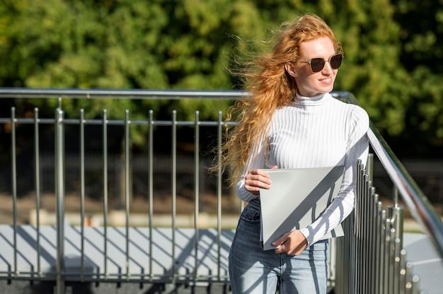 Kobieta nosi okulary przeciwsłoneczne na zewnątrz