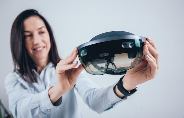 Kobieta nosi okulary rozszerzonej rzeczywistości.