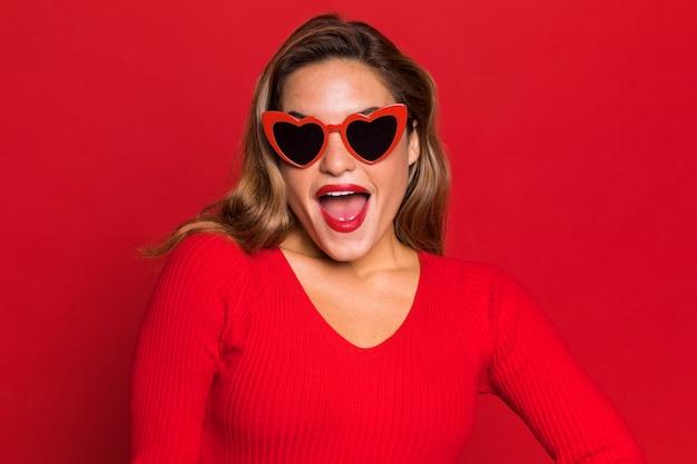 Kobieta nosi okulary w kształcie serca