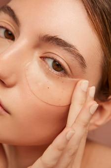 Kobieta nosi opaski na oko z bliska