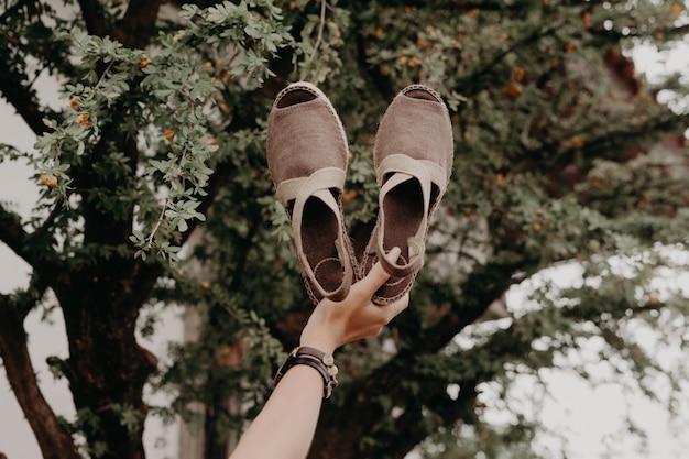 Kobieta nosi sandały