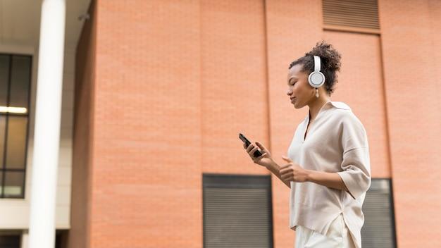 Kobieta nosi słuchawki na zewnątrz