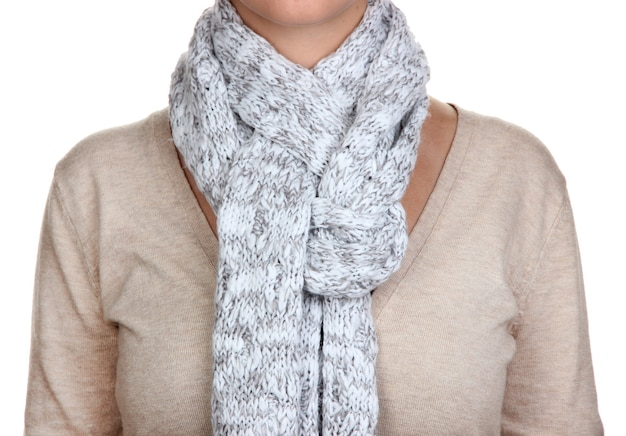 Kobieta nosi szalik z bliska