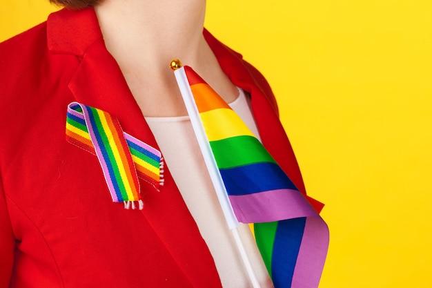 Kobieta nosi wstążkę dumy gejowskiej
