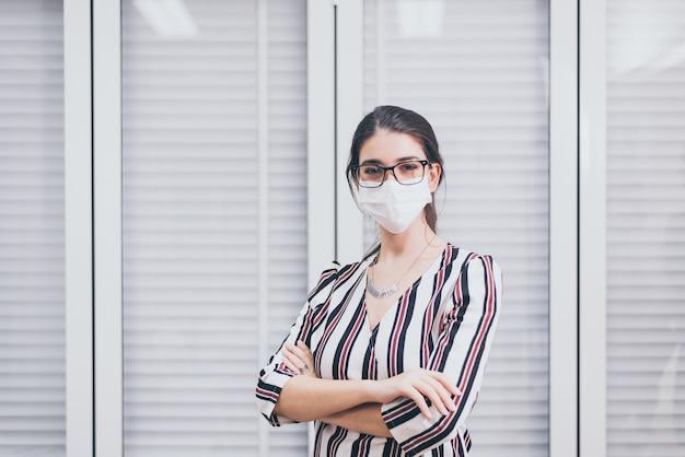 Kobieta nosząca maskę chroniącą przed koronawirusem lub covid-19 w biurze, maska ochronna przed koronawirusem