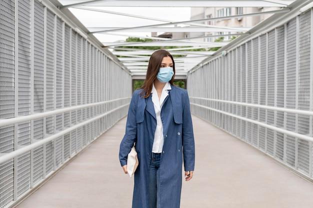 Kobieta nosząca maskę na twarz średni strzał