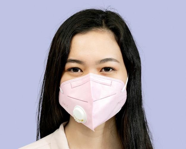Kobieta nosząca portret w masce, podczas nowej normalności