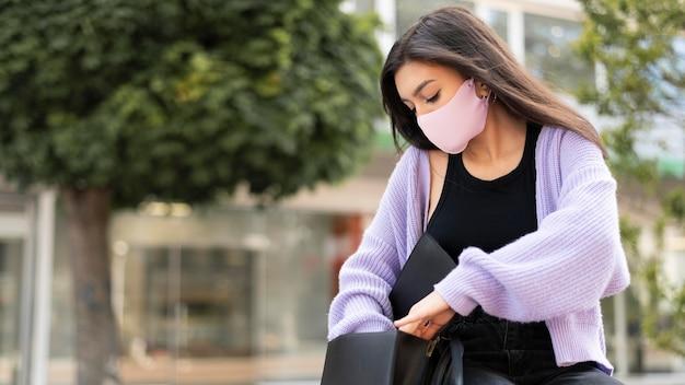 Kobieta nosząca różową maskę na twarz średni strzał