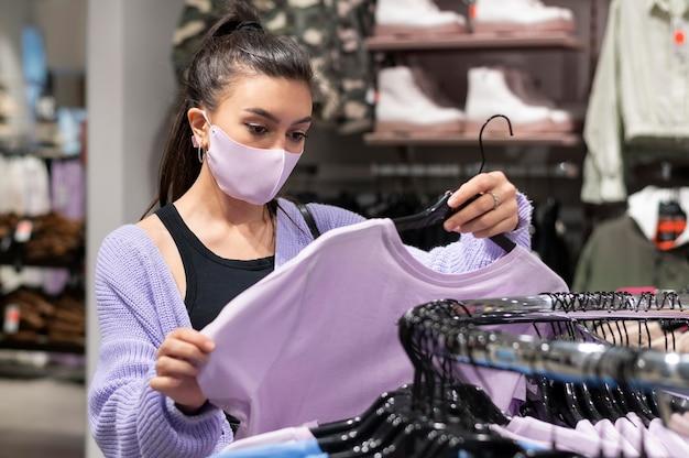 Kobieta nosząca różową maskę średni strzał