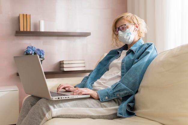 Kobieta noszenie maski i pracy