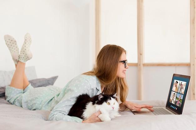 Kobieta o biznesowym połączeniu wideo na laptopie w pomieszczeniu