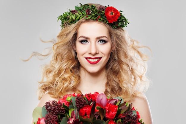 Kobieta o blond włosach w letnie kwiaty