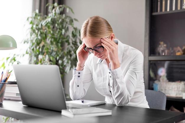 Kobieta o ból głowy przed klasą