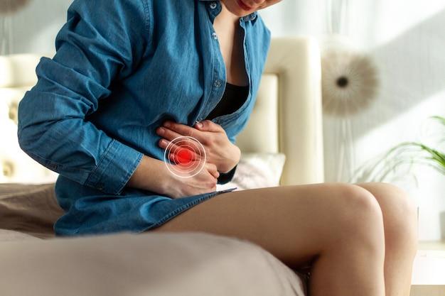 Kobieta o bolesne bóle brzucha. kobieta cierpi na ból brzucha.