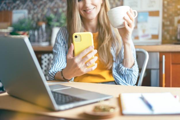 Kobieta o czat wideo typu facetime na telefon