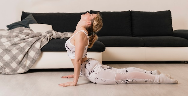 Kobieta o dużym kącie w elastycznej pozycji
