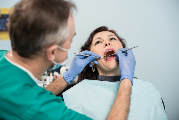 Kobieta o kontroli stomatologicznej w gabinecie stomatologicznym