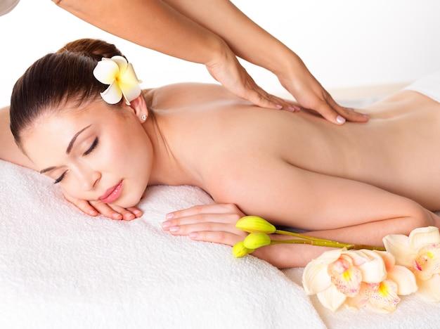 Kobieta o masażu ciała w salonie spa. koncepcja zabiegów kosmetycznych.