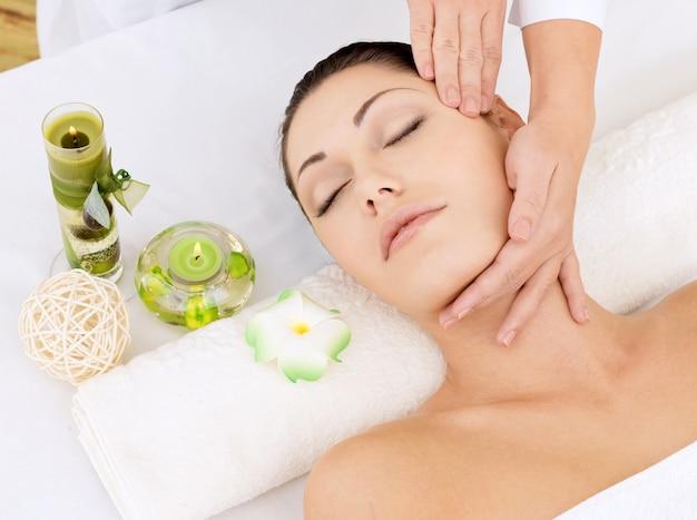 Kobieta o masażu głowy w salonie spa. koncepcja zabiegów kosmetycznych.