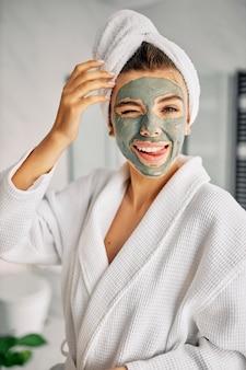Kobieta o naturalnej masce na twarzy