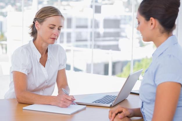 Kobieta o rozmowę o pracę