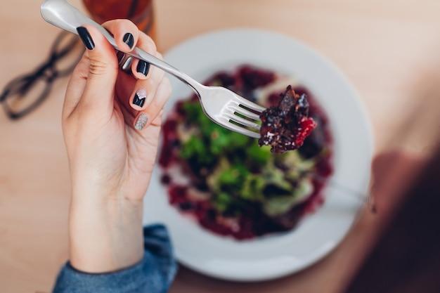 Kobieta o sałatkę w restauracji. dziewczyna zdrowe jedzenie. koncepcja diety