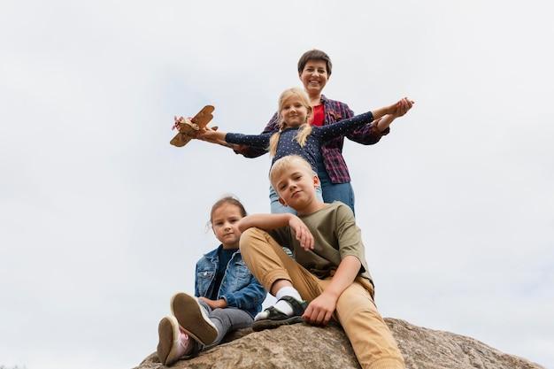 Kobieta o średnim ujęciu spędzająca czas z dziećmi