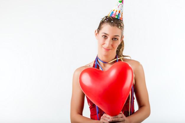Kobieta obchodzi urodziny lub walentynki