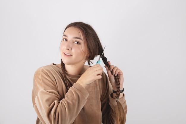 Kobieta obcina sobie długie włosy. kardynał szokująca zmiana obrazu