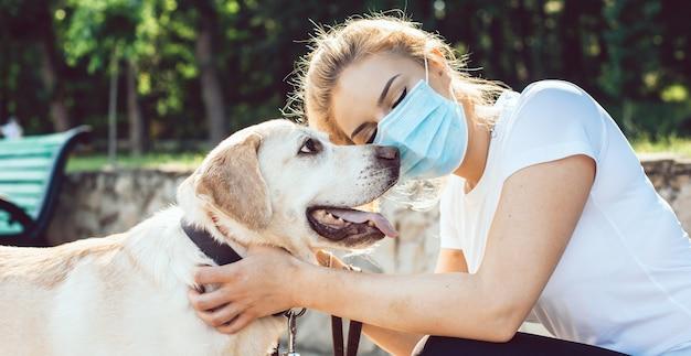 Kobieta obejmując swojego złotego psa