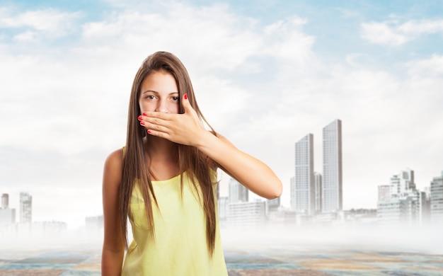 Kobieta obejmujące jej usta ręką