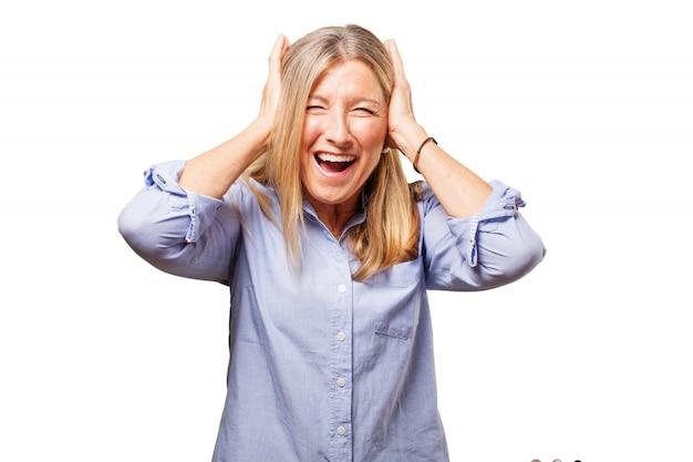 Kobieta obejmujące jej uszy