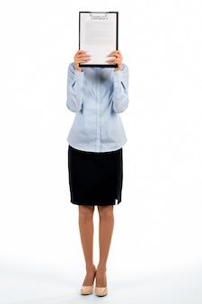 Kobieta obejmuje twarz ze schowka. stojąca sekretarka zakrywa twarz. niewłaściwe miejsce do ukrycia. czy możesz znaleźć kobietę.